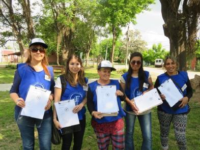 Agustina, Raquel, Ester, Cielo y Stella realizando las encuestas presenciales en Fátima