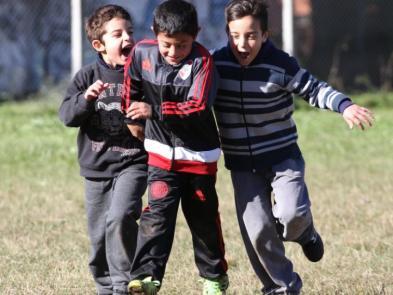 Los chicos festejan el gol y felicitan a su amigo.