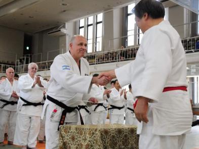 Recibiendo el diploma en el Instituto Kodokan de Tokio