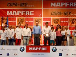 """La tripulación del """"Swahili"""" recibiendo el premio de manos del Felipe Rey de España"""